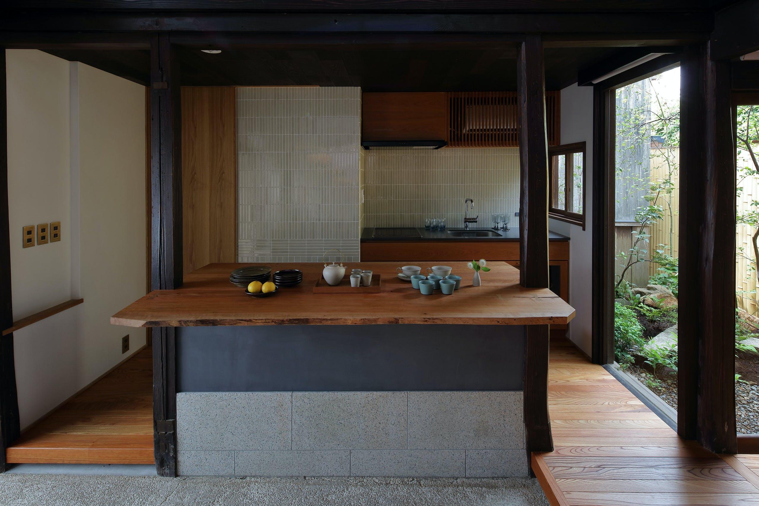 桜の木のキッチンで、地元の食材を調理