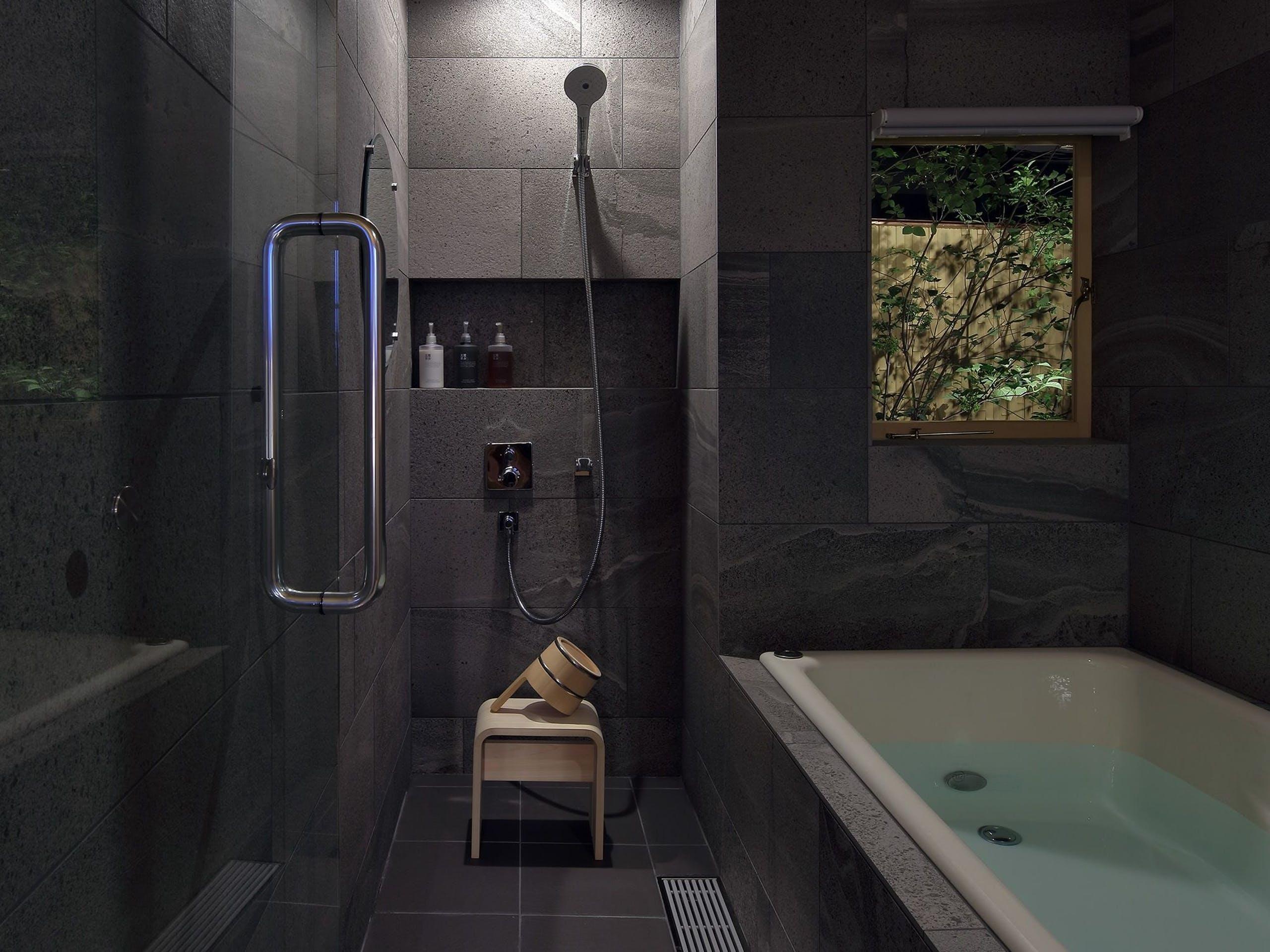 広島のホーローでこしらえた浴槽に身を沈め、おだやかな夜を