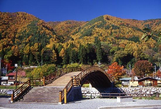 総檜づくりの珍しい太鼓橋「木曽の大橋」