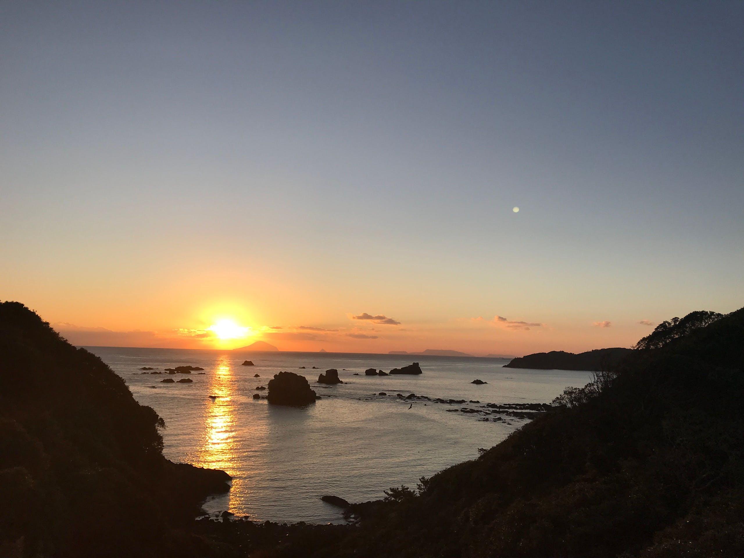 夕日の沈む海を眺めながら一日を終える