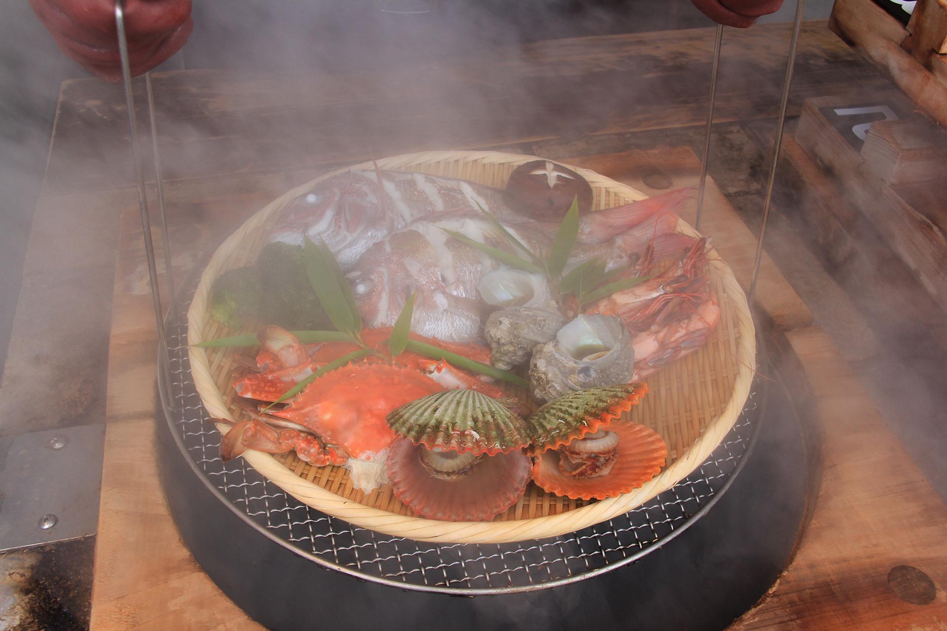定番グルメ「地獄蒸し料理」で好みの食材を味わう