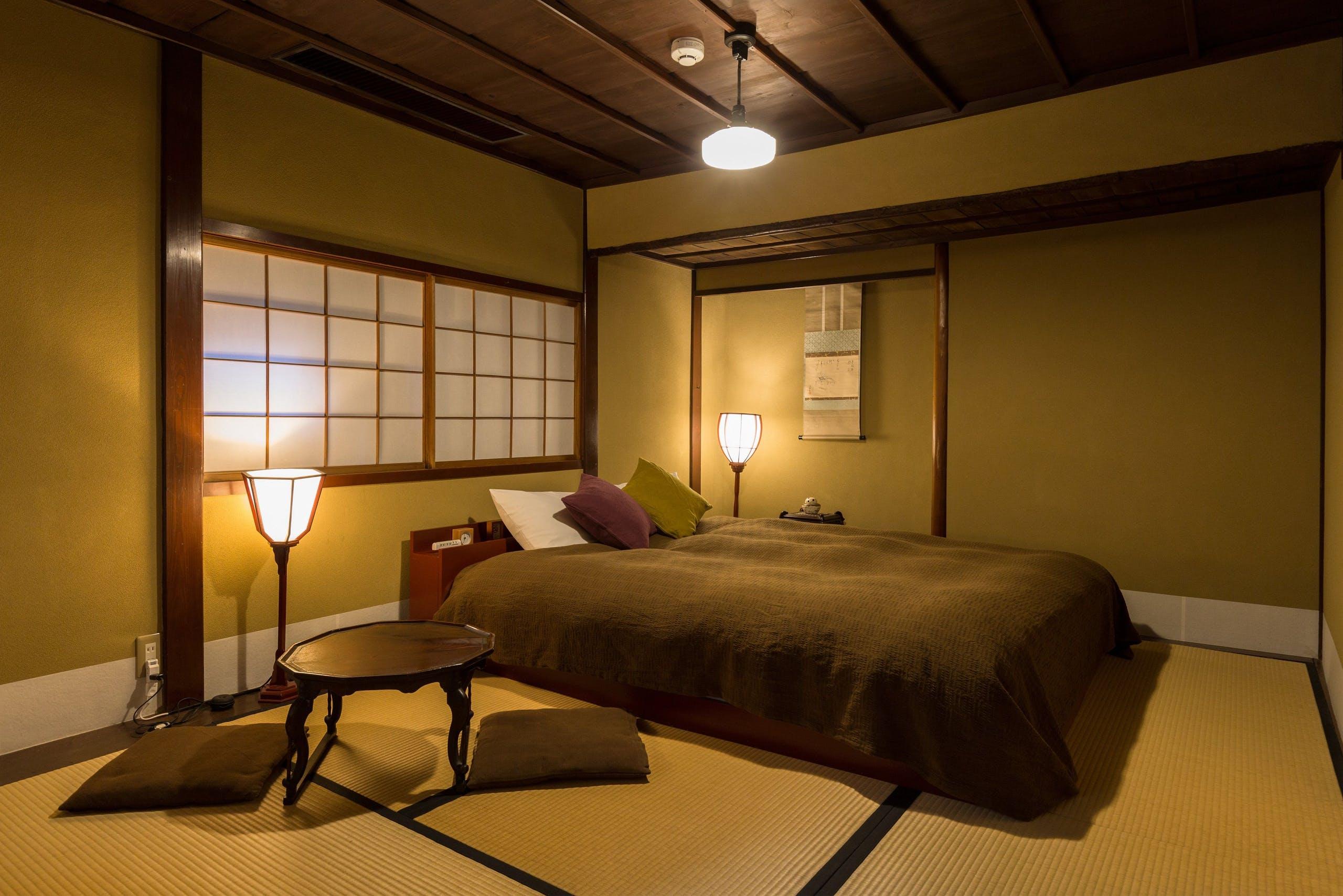 心地よくくつろげる、ベッドのある和寝室