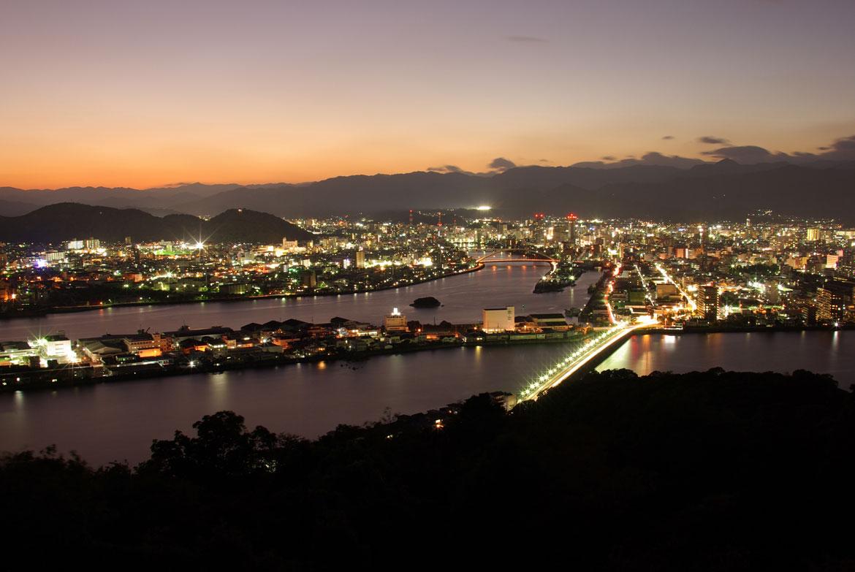夜景や植物の美しさに癒される「五台山公園(五台山展望台)」