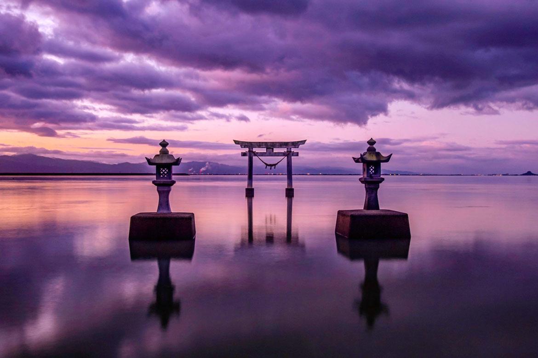 幻想的な海中鳥居を望む「永尾剱神社」