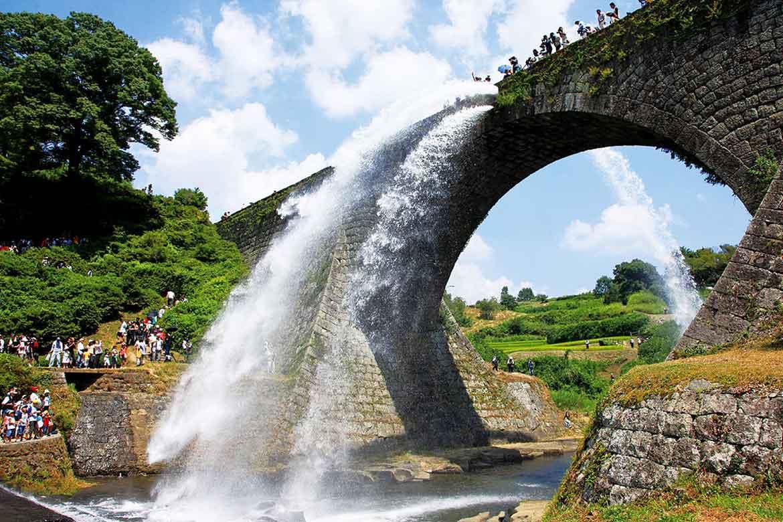 放水は豪快!日本最大級の石造りアーチ橋「通潤橋」