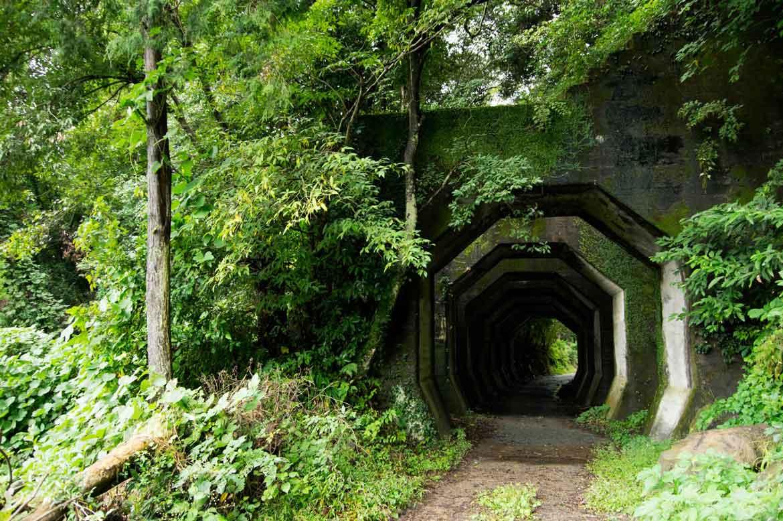 非日常的な雰囲気を味わう「八角トンネル」